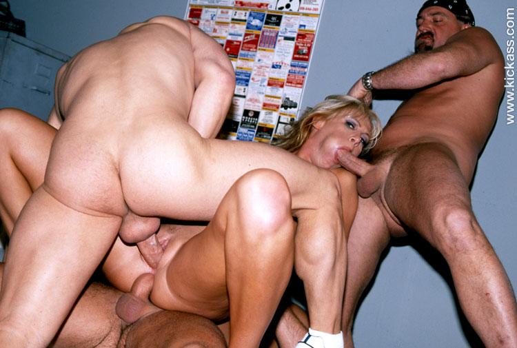 Баба пьет сперму из бокала порно видео порно ролик